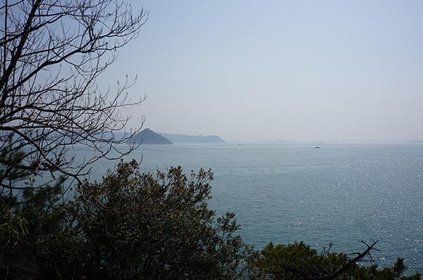 明神鼻から大槌島を望む