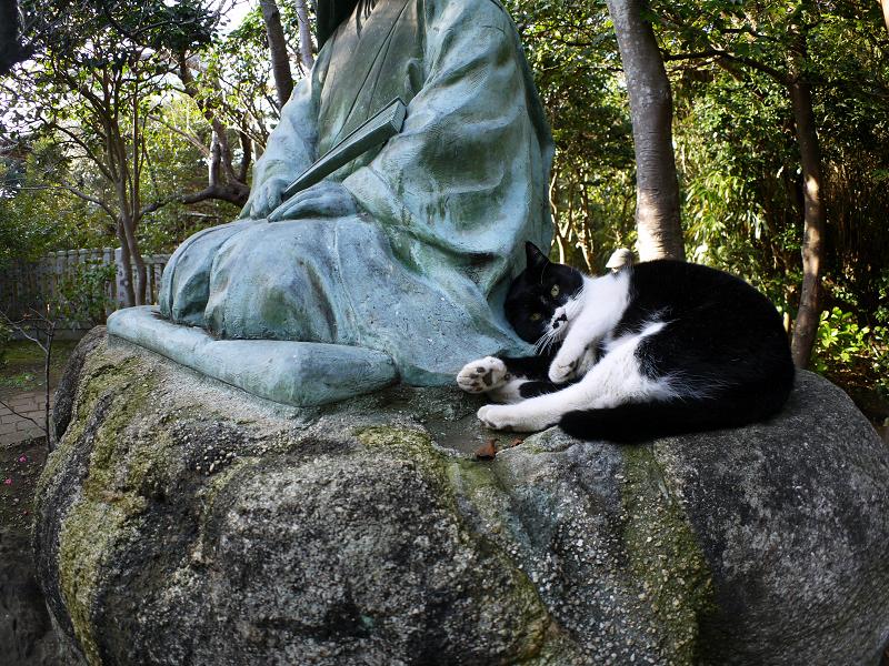 銅像を足蹴ってる風の黒白猫1