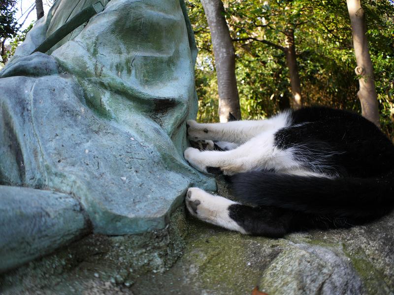 銅像を足蹴ってる風の黒白猫2