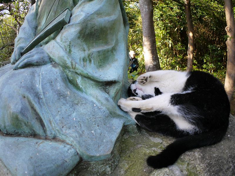 銅像を足蹴ってる風の黒白猫3